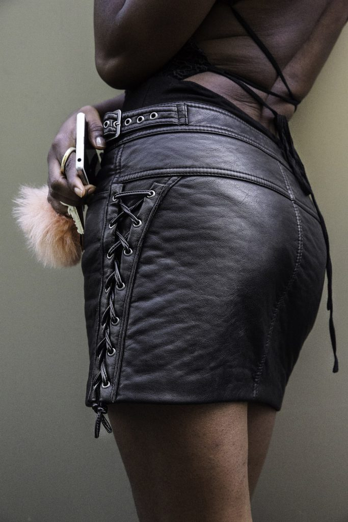 turning_point_blog_how_to_wear_colorblock_motorcycle_leather_jacket-black-skirt-fashion-naked-back-7-copie